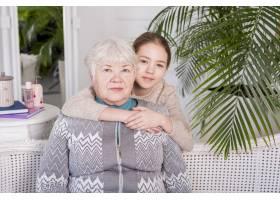年迈的奶奶和她的孙女合影_4204586