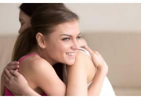 两位年轻女友拥抱在一起女孩开心地笑着_3938857