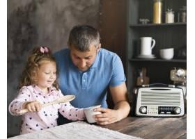 中等镜头的父亲和女儿坐在厨房里_5179774