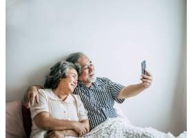使用智能手机的老年夫妇_4107905