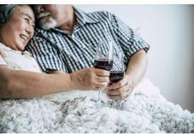 卧室里的老年夫妇周年纪念日_4107914