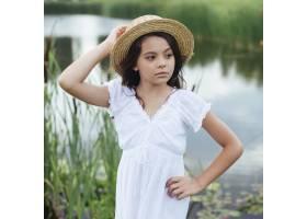 可爱的女孩在湖边摆姿势_4962077