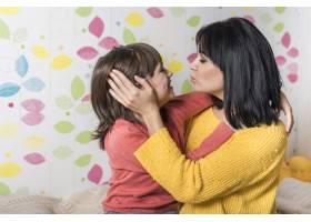可爱的母女拥抱亲吻_3991183