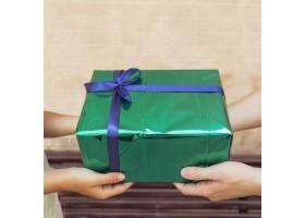 一对夫妇手持绿色礼盒的特写_2993320