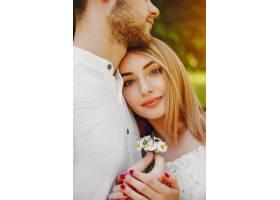 一个浅发白裙的女孩和她的男朋友在阳光明媚_2611534