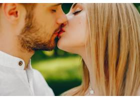 一个浅发白裙的女孩和她的男朋友在阳光明媚_2611536