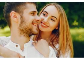 一个浅发白裙的女孩和她的男朋友在阳光明媚_2611540