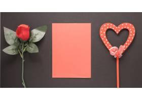 纸在魔杖和花朵上装饰心形_3562276