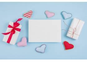 纸盒和玩具心旁边的礼品盒_3573830