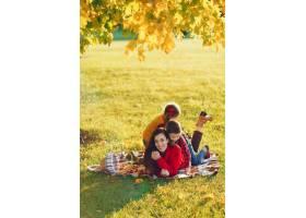 美丽的母亲带着年幼的孩子_3587650