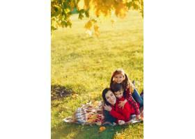 美丽的母亲带着年幼的孩子_3587651