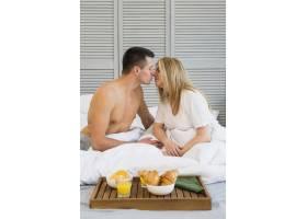 飞机上早餐前情侣在床上接吻_3524242