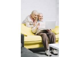 高年级夫妇使用笔记本电脑_3552390
