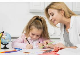 母亲帮助女儿做作业_3444049