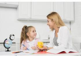 母亲帮助女儿做作业_3444051