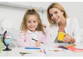 母亲帮助女儿做作业_3444052