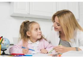 母亲帮助女儿做作业_3444054