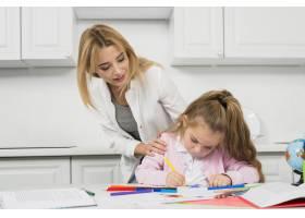母亲帮助女儿做作业_3444057