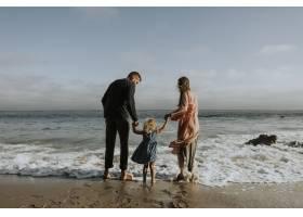 海滩上幸福的一家人_3297379