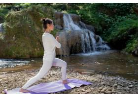 漂亮的女孩们正在公园里练瑜伽_3709472