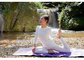 漂亮的女孩们正在公园里练瑜伽_3709475
