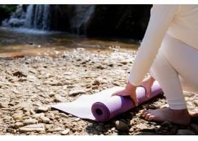 漂亮的女孩们正在公园里练瑜伽_3709476