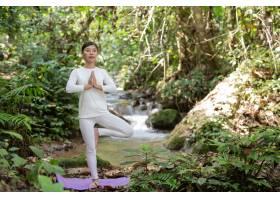 漂亮的女孩们正在公园里练瑜伽_3709485
