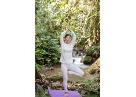 漂亮的女孩们正在公园里练瑜伽_3709486