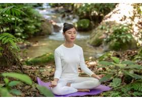 漂亮的女孩们正在公园里练瑜伽_3709487