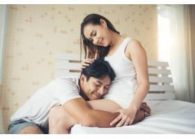 父亲听到儿子或女儿在家里的床上踢他的儿子_3396976