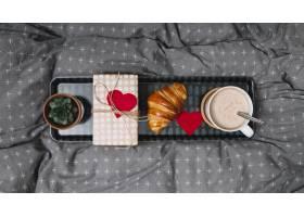 牛角面包心形装饰品饮料植物和礼盒放_3543763