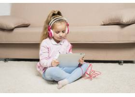 玩平板电脑的女孩_3444022