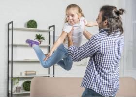 父亲和女儿一起玩耍_3443816