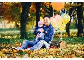 父女俩在公园里玩得很开心_3244609