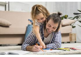 父女俩在地板上作画_3443949