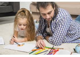 父女俩在地板上作画_3443952