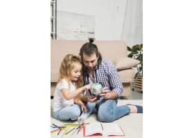 父女俩在地板上作画_3443953