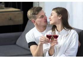 年轻夫妇在沙发上喝酒_3579939