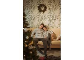 年轻夫妇在沙发上放松_3370009