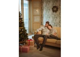 年轻夫妇在沙发上放松_3380797