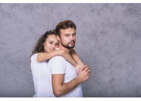 年轻女子从背后拥抱男子_3537037