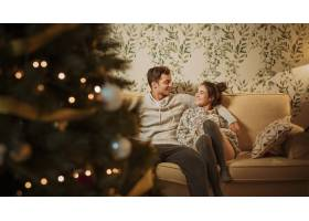 年轻幸福的夫妇坐在沙发上_3380746