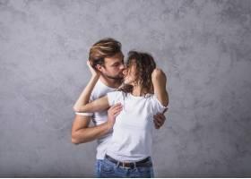 年轻男子从背后拥抱女子_3524316