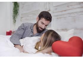 年轻男子在床上拥抱女子_3565100