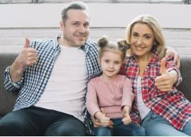 幸福家庭的前景坐在沙发上竖起大拇指_3808459