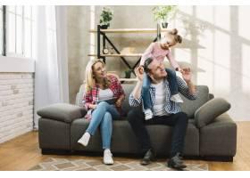 幸福的一家人坐在客厅的沙发上_3808507