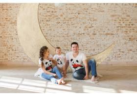 幸福的家庭父亲母亲和孩子在房间里的一面_3342096