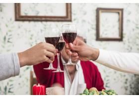 人们在节日的餐桌上碰杯_3319265