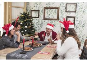 人们在节日餐桌上吃甜点_3329632