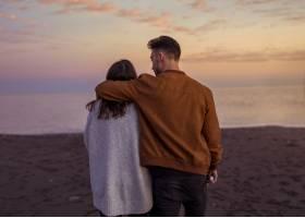 傍晚年轻夫妇在沙滩上拥抱_3641354